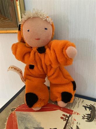 Fickdocka med luva, orange med vit lugg - klicka för att beställa!