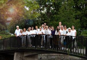 Gaudium aug 2020 på en av broarna till Stadsparken i Borås
