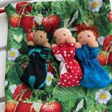 Tre orosdockor i jordgubbspåse