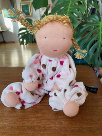 Mellanbarn i ljusrosa med blonda melerade flätor - klicka för att beställa!