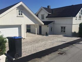 Ferdig asfaltert overgang til belegningstein gårdsplass