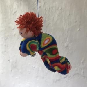 Flygande mobildocka med kort rött hår