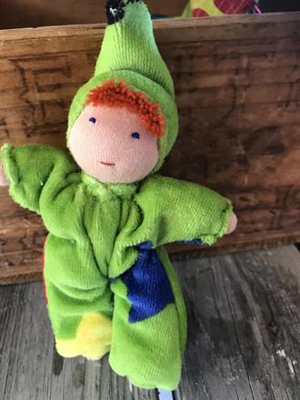 Småbarn med luva o rött hår, äppelgrön velour med stjärnor- klicka för att beställa!