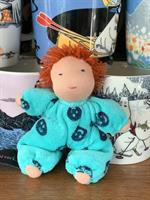Småbarn i turkost med rött kort hår