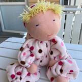 Stor rosa kramdocka med luva och blond lugg - klicka för att beställa!