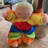 Fickdocka med blond fläta och ljus hy - 9 cm
