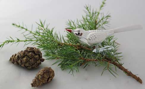 Liten fugl, sølv og hvit