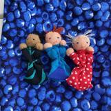 Tre orosdockor i blåbärspåse