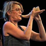Vida Världen på stora torget sommartorsdag 2018. Lotta spelar kohorn.