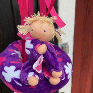 Stor dockmobil med 4 dockor och ring i samma lila velour