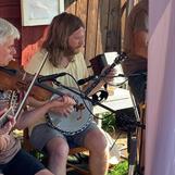 Flera i bandet spelar många olika instrument!