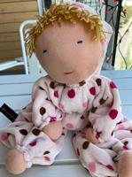 Stor rosa kramdocka med luva och melerad  blond lugg