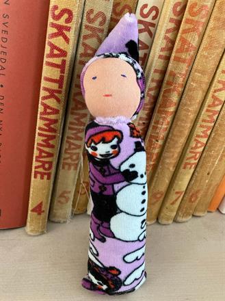 Lila velour med mönster vinterlek i luva och kropp - Klicka för beställning!