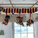 Tyg: Velour i mörkblå, gula och röda ränder i dockor och band, ca 48 cm