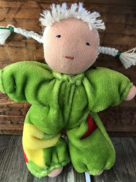 Småbarn i grönt  med vita flätor