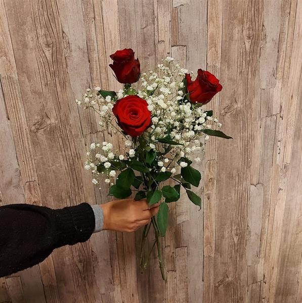 3 röda rosor