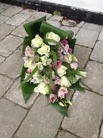 Begravningsbukett i rosa och vitt