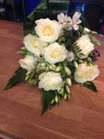 Begravningsbukett med vita blommor