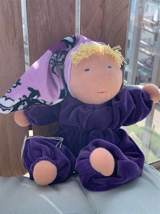 Mellanbarn i lila velour med luva & blond lugg - 300 Kr - Klicka för att beställa!