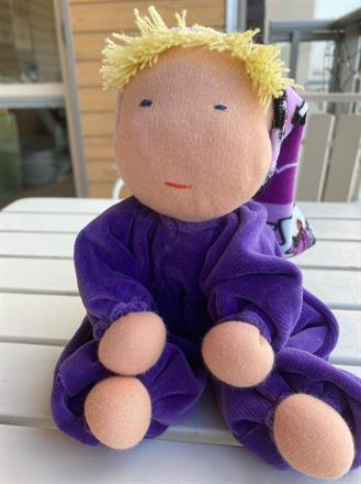 Mellanbarn i lila velour med luva & blond lugg - Klicka för att beställa!