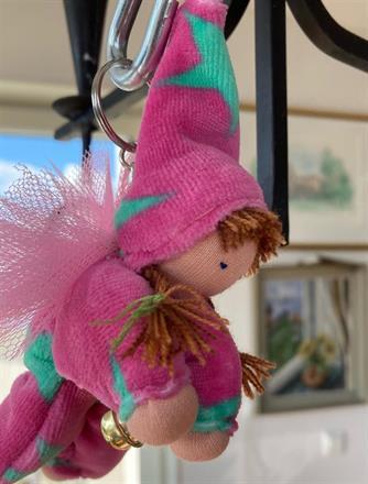 Rosa velour med turkos stjärnor i dräkt och luva, rosa vingar, guldbjällra!