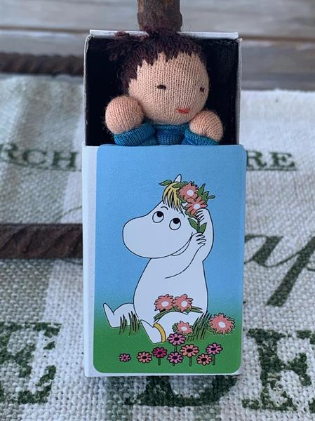 Docka i ask - Snorkfröken med blomsterkrans, blå dräkt