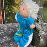 Småbarn i blått med kort vitt hår - klicka för att beställa!