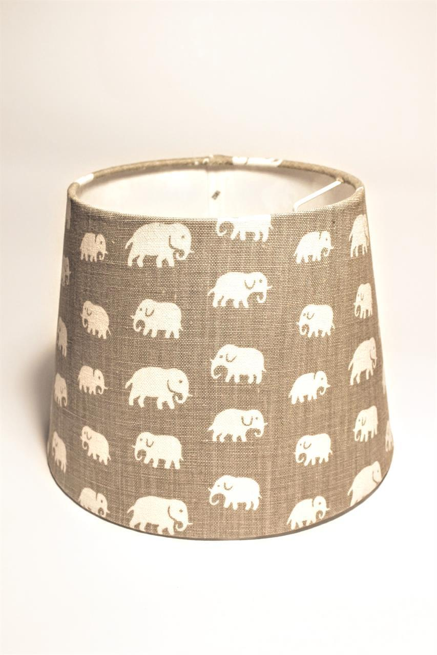 Lampskärm i varm grått tyg med elefanter