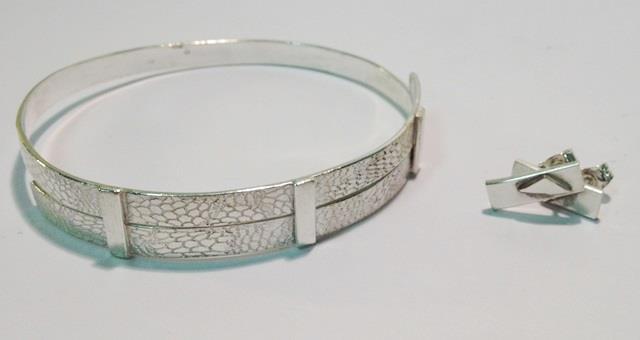 Armband och örhänge gjrorda av en elev på silversmideskurs.