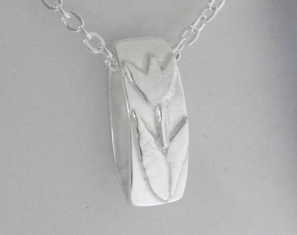 Smycke med silvertulpan.