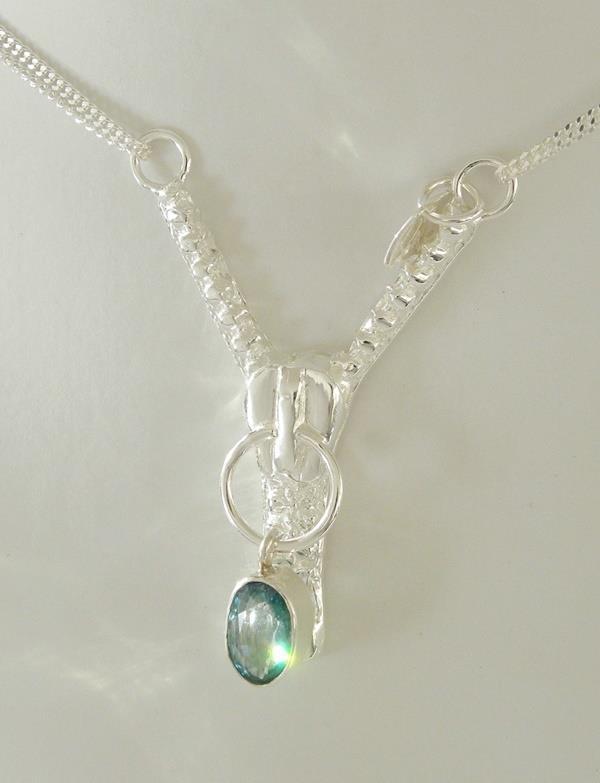 Ett halssmycke av ett blixtlås i silverlera.
