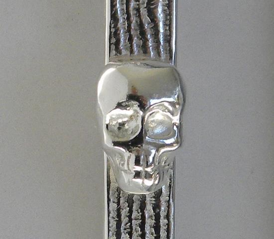 Dödskalle i silverlera.