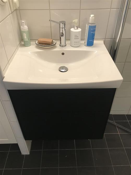 Montering av tvättställ med kommod