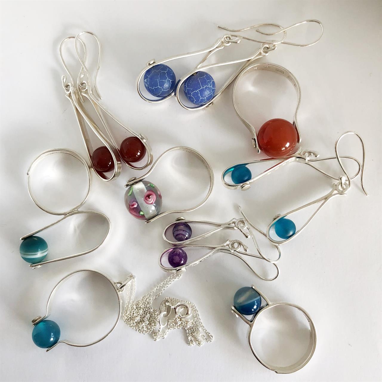 Mix av silversmycken med stenpärlor av Kristina Fureby.