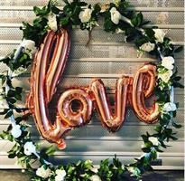 Til leie Stor ring med blomster og LOVE ballong