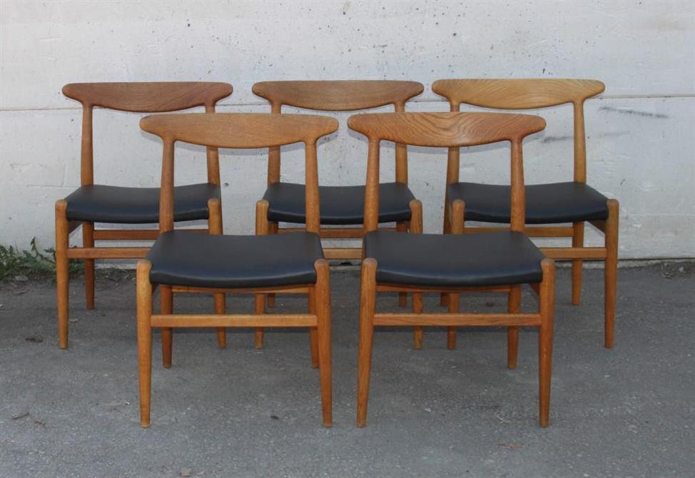 Hans J. Wegner-stolar med ny stoppning och klädda i läder (Steneby)