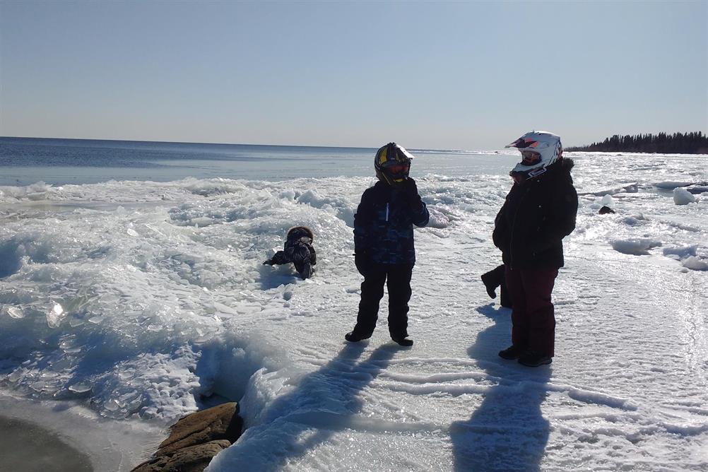 Längs med iskanten under vårvintern.
